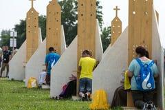 Pelgrims in Streek van Verzoening bij Heiligdom van Goddelijke Genade in Lagiewniki stock afbeeldingen