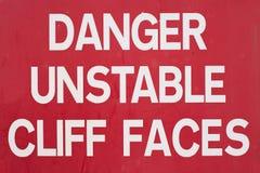 Peligro Cliff Sign inestable Fotografía de archivo libre de regalías