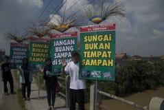 PELIGRO DE LA GESTIÓN DE LA BASURA DE INDONESIA Foto de archivo libre de regalías