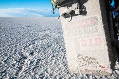Peligro de la sal para la motocicleta en Uyuni Imágenes de archivo libres de regalías