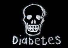 Peligro del azúcar Dañe el concepto del azúcar blanco que forma un cráneo Con la diabetes del texto aislada en un fondo negro imagen de archivo libre de regalías