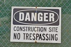 Peligro, emplazamiento de la obra, ninguna violación como mensaje de advertencia, Imagen de archivo libre de regalías