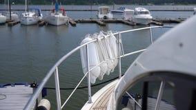 Peligros en un barco con las boyas protectoras almacen de video