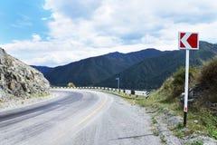 Peligroso gire un camino de la montaña Fotografía de archivo