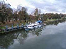Pelikan łódź dokował na begumach rzecznych obraz royalty free