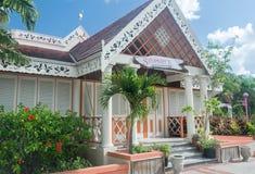 Pelikan-Handwerks-Mitte, verwickelte hölzerne Carvings Bridgetowns, Barbados auf Fassade des Restaurantgebäudes Stockbild