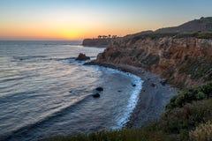 Pelikanliten vik och punkt Vicente efter solnedg?ng arkivbild