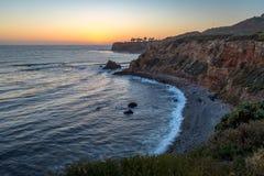 Pelikanliten vik och punkt Vicente efter solnedg?ng arkivfoto