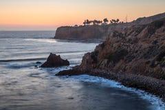 Pelikanliten vik och punkt Vicente efter solnedg?ng fotografering för bildbyråer