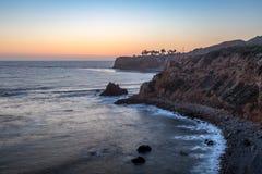 Pelikanliten vik och punkt Vicente efter solnedg?ng arkivbilder
