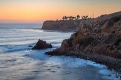 Pelikanliten vik och punkt Vicente efter solnedg?ng arkivfoton