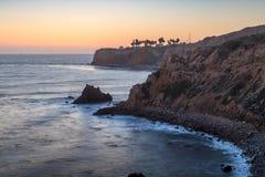 Pelikanliten vik och punkt Vicente efter solnedg?ng royaltyfria bilder