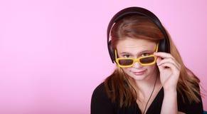 Pelirrojo adolescente con los auriculares Imágenes de archivo libres de regalías