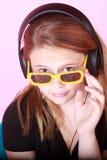 Pelirrojo adolescente con los auriculares Imagen de archivo libre de regalías