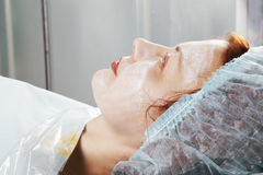Pelirrojo con crema del masaje en la cara foto de archivo libre de regalías