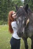 Pelirrojo joven con el caballo de Percheron Imágenes de archivo libres de regalías