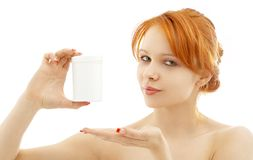 Pelirrojo precioso que muestra el envase en blanco de la medicación Fotos de archivo