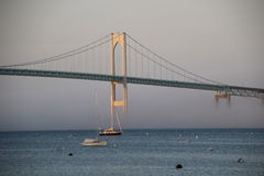 Pell Bridge i Newport RI i dimma Royaltyfri Foto