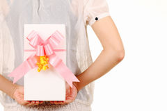 Pellame della giovane donna dietro la parte posteriore il contenitore di regalo bianco Fotografia Stock Libera da Diritti