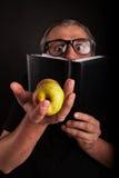 Pellami dell'uomo dietro il grande libro di cuoio lucido Fotografie Stock