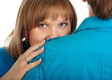 Pellami della donna dietro la sua spalla dell'uomo Fotografie Stock