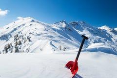 Pelle à avalanche dans la neige image stock