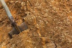 Pelle à construction coincée dans le sable Coupure pendant le travail Photographie stock libre de droits