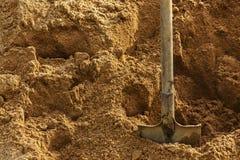 Pelle à construction coincée dans le sable Coupure pendant le travail Image stock