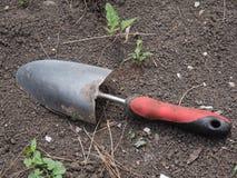 Pelle à jardin sur la terre image stock