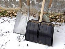 Pelle à neige avec une pelle argentée en hiver photos libres de droits