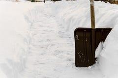 Pelle à neige dans la congère photo libre de droits