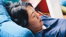 Pelle bianca asiatica delle donne 40s che pensa sul sofà Fotografia Stock Libera da Diritti