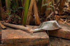 Pelle cassée dans le jardin photos stock