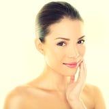 Pelle commovente della donna dello skincare di bellezza della donna sul fronte Fotografia Stock
