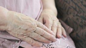 Pelle corrugata floscia di una donna anziana archivi video