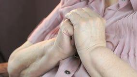 Pelle corrugata floscia di una donna anziana video d archivio