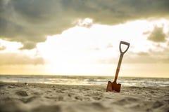 Pelle dans le sable de la plage photographie stock