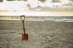 Pelle dans le sable de la plage photo libre de droits