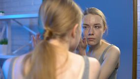 Pelle del fronte di problema della copertura della giovane donna dal correttore, trattamento di dermatologia stock footage