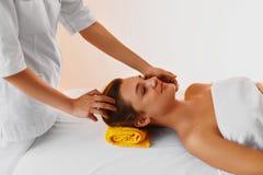 Pelle del fronte Donna che riceve trattamento facciale della stazione termale, massaggio Fotografia Stock