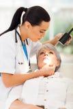 Pelle del paziente del dermatologo Fotografia Stock