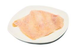Pelle del pollo rimossa dalla carne del seno su un piatto fotografia stock libera da diritti