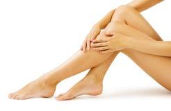 Pelle della gamba della donna, massaggio del corpo e cura di pelle delle gambe, bianco isolati Immagini Stock