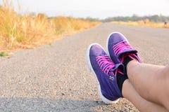 Pelle delle gambe del primo piano sulla strada e sotto il cielo per la sanità concentrata Immagini Stock Libere da Diritti