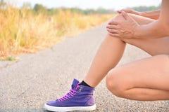 Pelle delle gambe del primo piano sulla strada e sotto il cielo per la sanità concentrata Immagine Stock