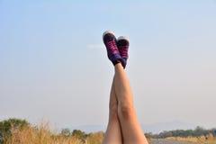 Pelle delle gambe del primo piano sulla strada e sotto il cielo per la sanità concentrata Fotografia Stock