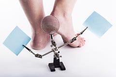 Pelle disidratata alle calcagna dei piedi femminili fotografie stock