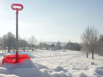 Pelle oubliée à jouet dans la neige Photo libre de droits