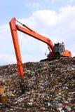 Pelle rétro travaillant à la décharge de déchets en décharge photos libres de droits