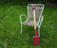 Pelle rouge sur la chaise de jardin images libres de droits